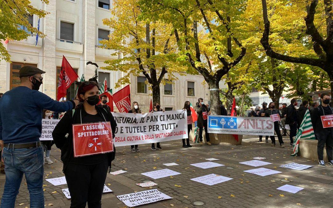 FOTO – La protesta a Cosenza in piazza dei lavoratori dello spettacolo