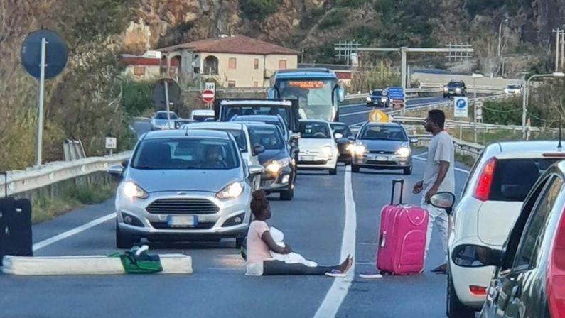 Fuscaldo, protesta di alcuni migranti: traffico bloccato sulla Statale 18