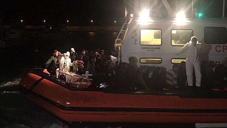 Migranti, sbarco in Calabria. Arrivate a Roccella 150 persone a bordo di un peschereccio