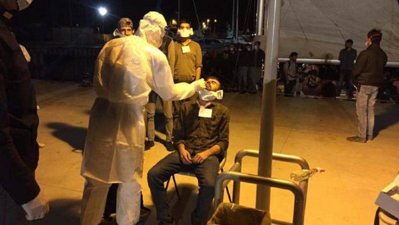 Migranti sbarcati a Roccella, 21 sono risultati positivi al coronavirus