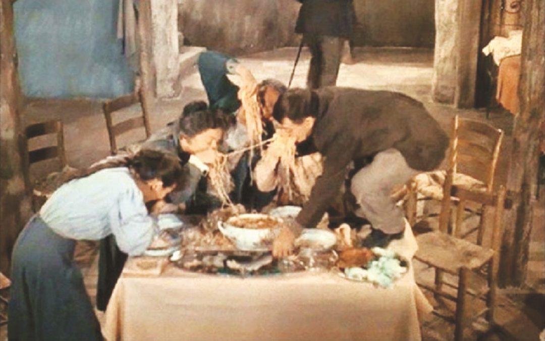 """L'iconica scena di """"Misera e nobiltà"""", con Totò che mangia la pasta sul tavolo"""