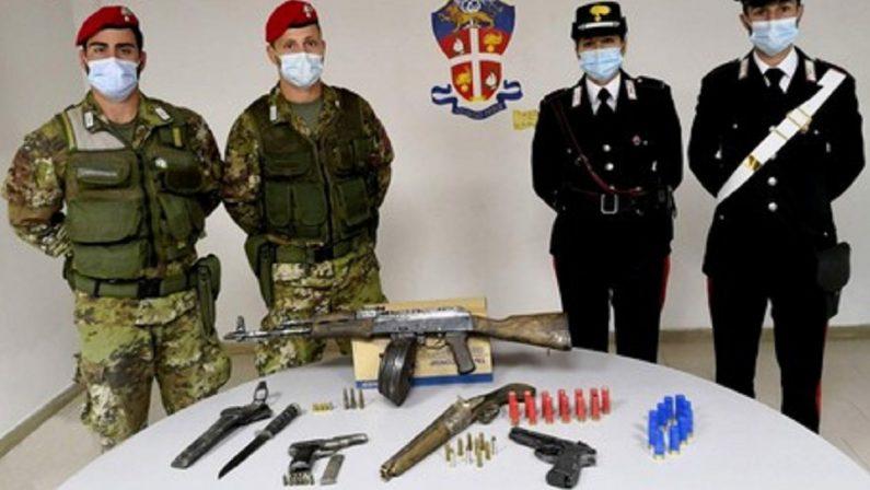 Nascondevano un arsenale in casa, arrestati padre e figlio nel Reggino