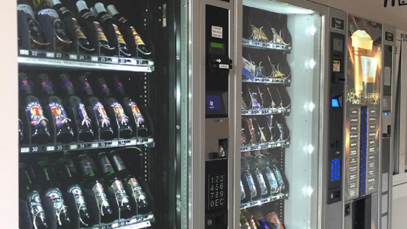 Catanzaro, bevevano in un self-bar dopo le 24: multe e sigilli ai distributori
