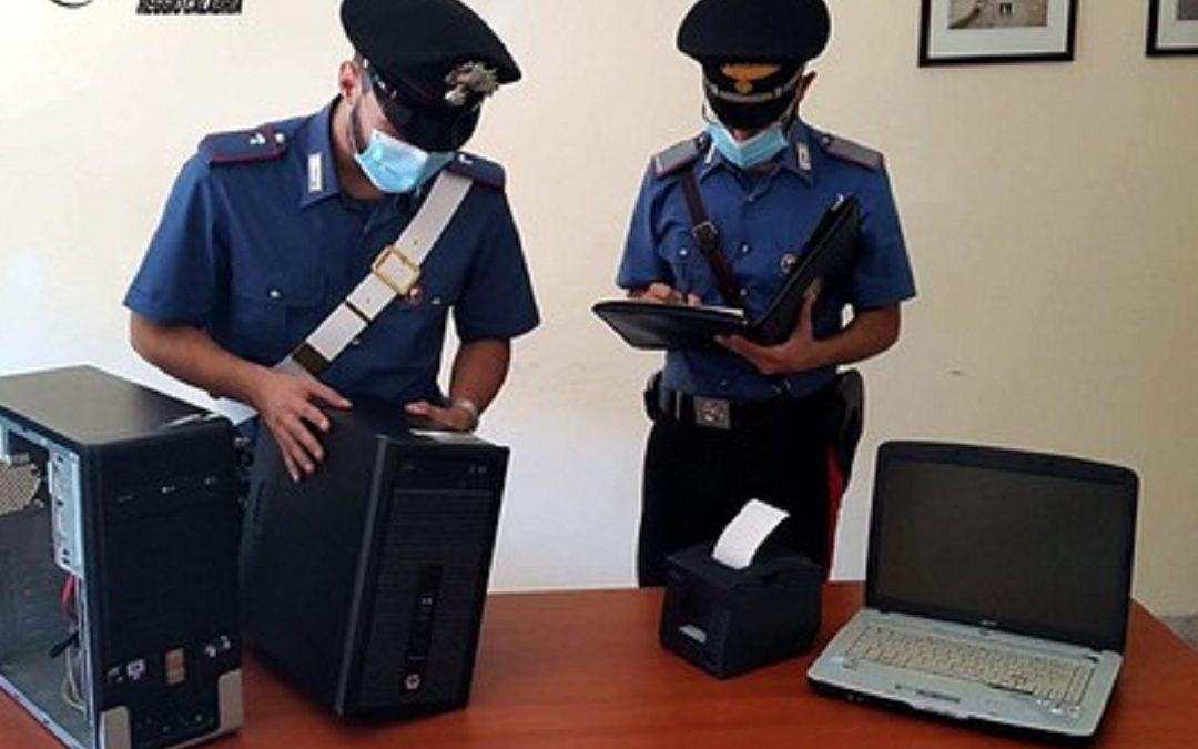 I carabinieri con i computer sequestrati