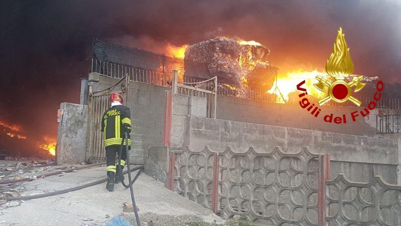 Incendio in un'azienda di rifiuti nel Catanzarese, case minacciate. Chiuse le scuole - FOTO e VIDEO