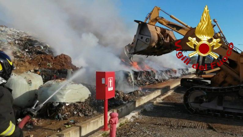 Ancora un incendio in una discarica di rifiuti: allarme ambientale a Cassano. Il sindaco: «Atto mafioso»