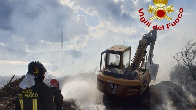Incendio in una discarica abusiva di rifiuti nel Catanzarese, indagini