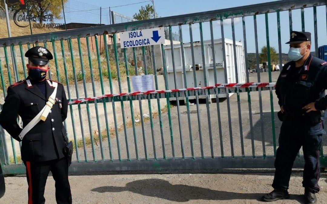 I carabinieri davanti all'isola ecologica di Campana posta sotto sequestro