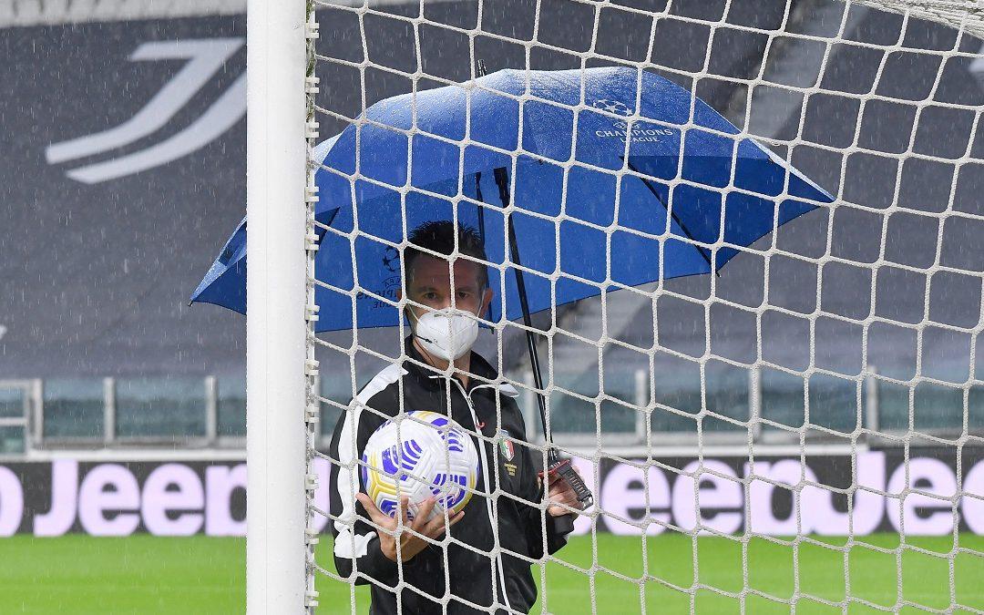 L'arbitro Doveri in campo prima della partita mai disputata tra Juventus e Napoli