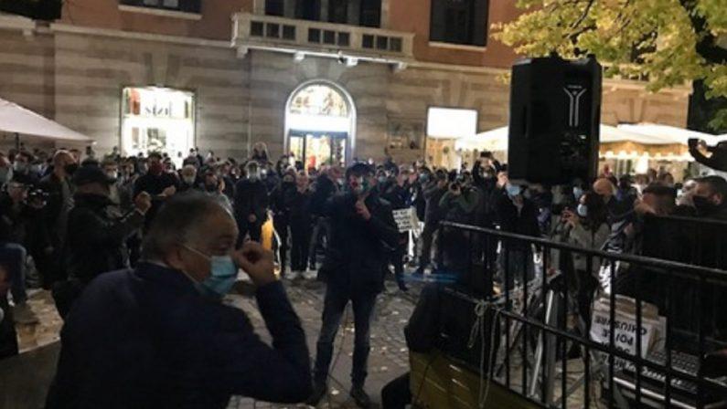 In piazza a Cosenza per chiedere aiuti immediati: «Moriremo di Covid o di fame»
