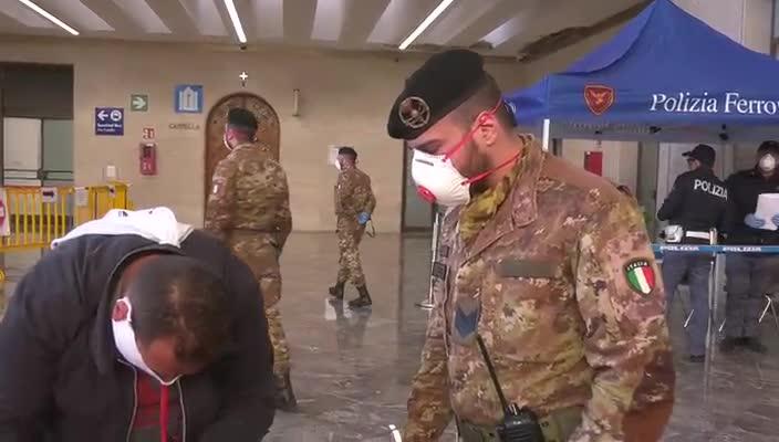 Militari dell'Esercito soccorono un viaggiatore colto da malore in stazione Centrale Napoli