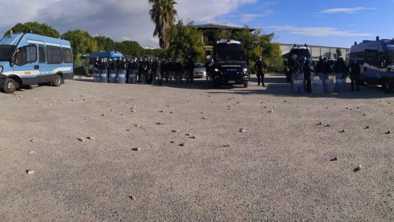 Nuove tensioni nella tendopoli di San Ferdinando chiusa per Covid: poliziotti feriti da sassaiola - FOTO