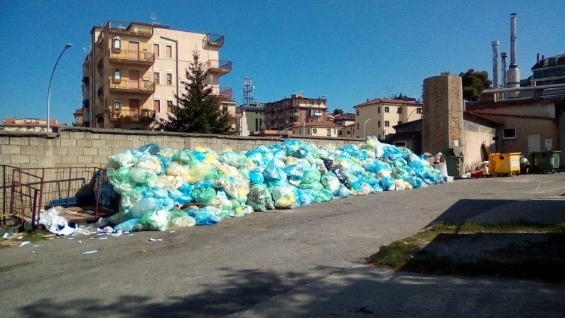 Una montagna di rifiuti sul retro dell'ospedale di Vibo, il Comune multa l'azienda sanitaria