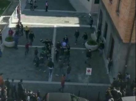 VIDEO - Violenta rissa tra studenti alle spalle del Comune di Vibo
