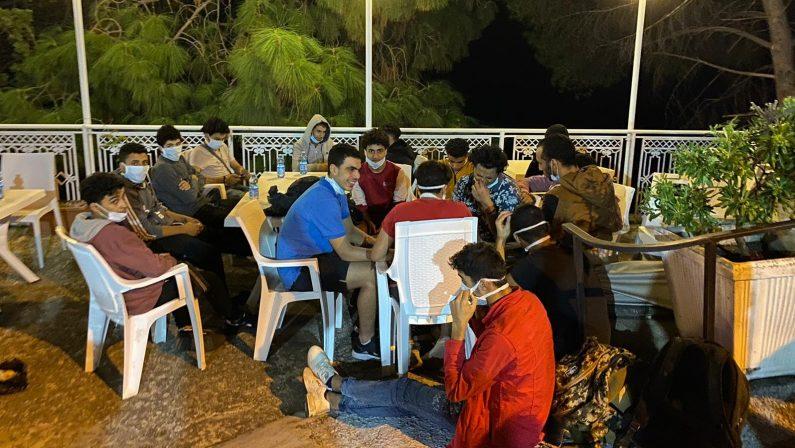 Sbarco di migranti sulla costa del Catanzarese, tanti i giovani. Individuati gli scafisti