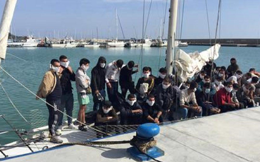 La barca a vela nel porto di Roccella Jonica