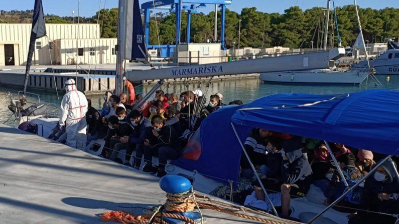 Barca a vela soccorsa nel Reggino, a bordo 98 migranti: avviata procedura anti Covid