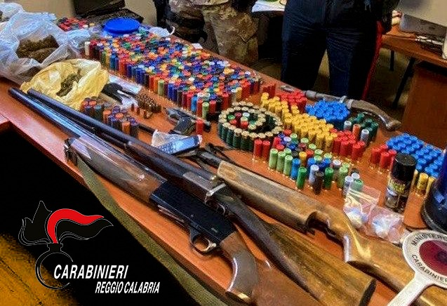 Armi e droga, un arresto e due denunce nel Reggino dopo una perquisizione