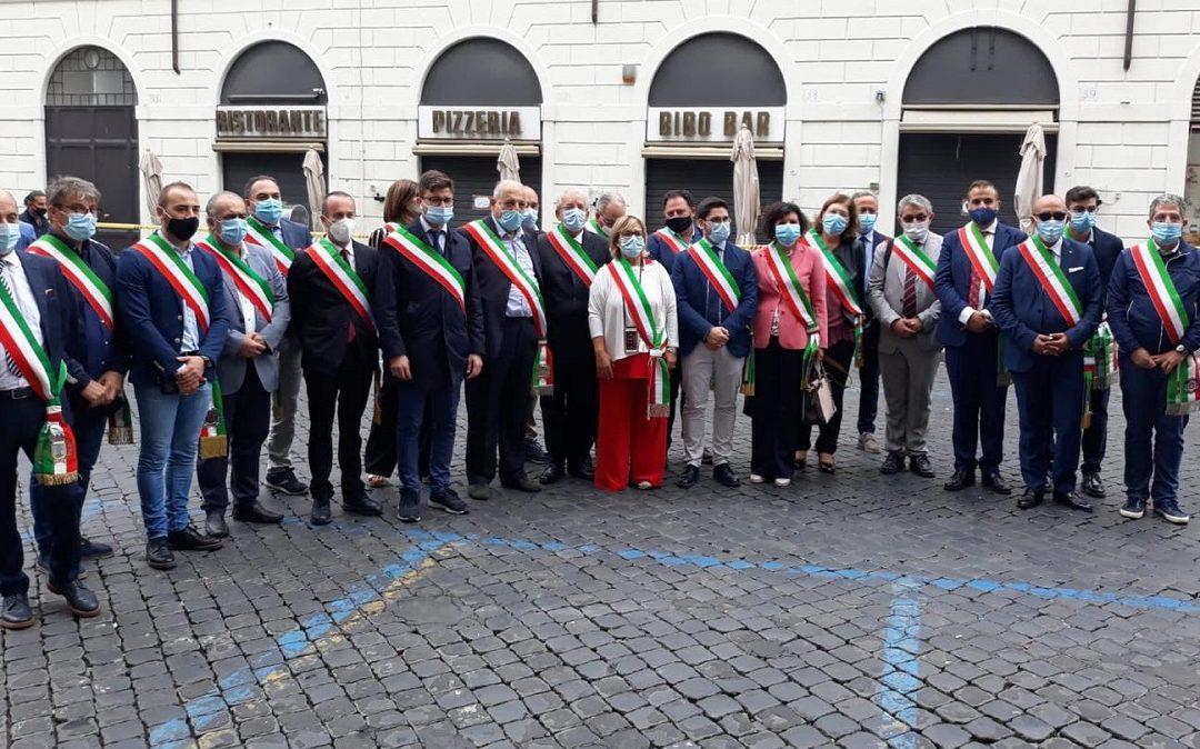 La delegazione di sindaci presente a Roma (foto pagina Facebook Ernesto Magorno)