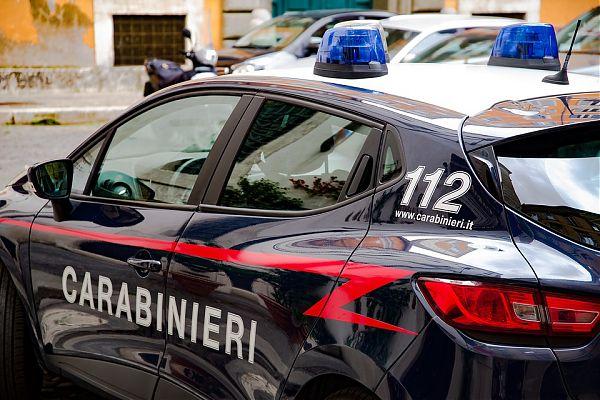 Durante la perquisizione dei carabinieri costringe la figlia a gettare la droga dal balcone: arrestato