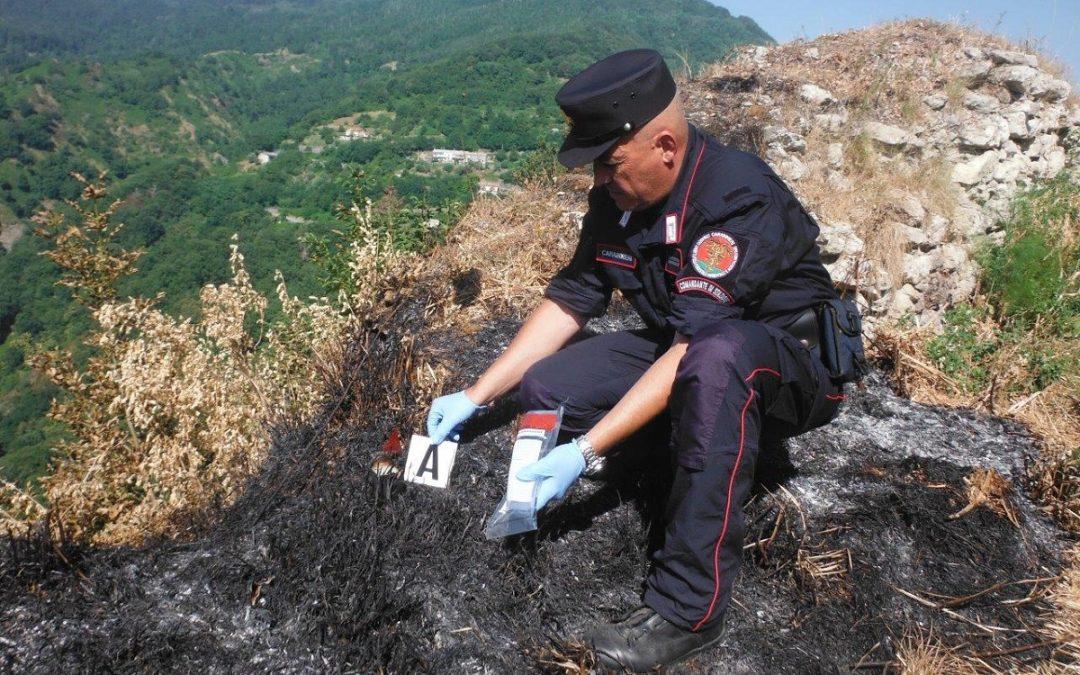 Un carabiniere sul luogo di uno degli incendi