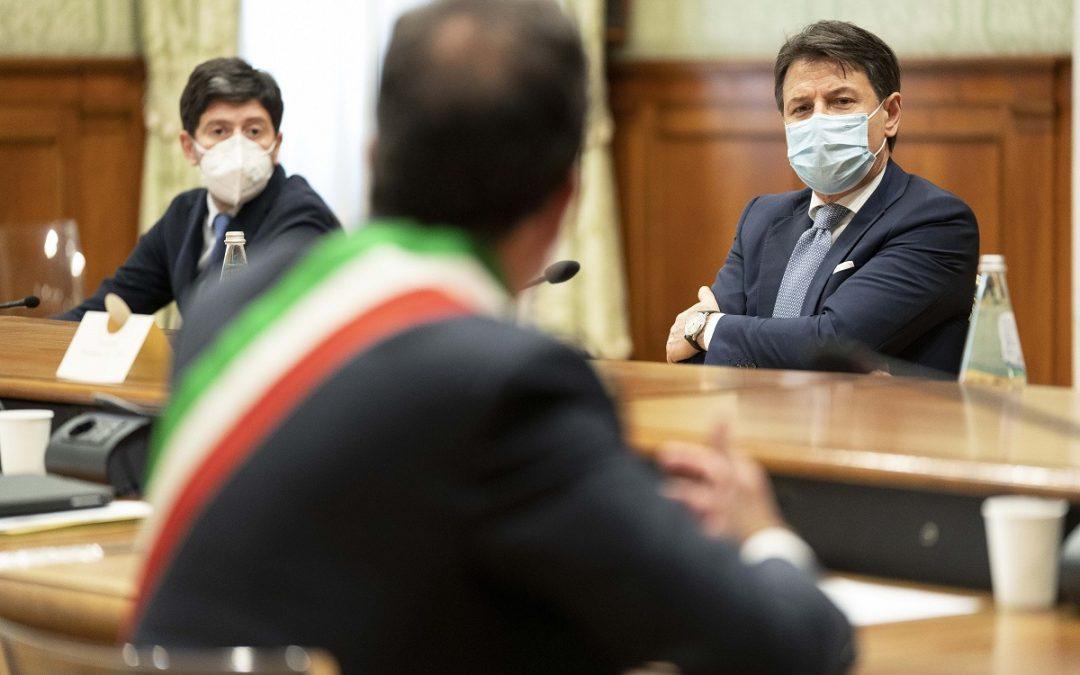 Il ministro Roberto Speranza e il premier Giuseppe Conte durante l'incontro con i sindaci calabresi