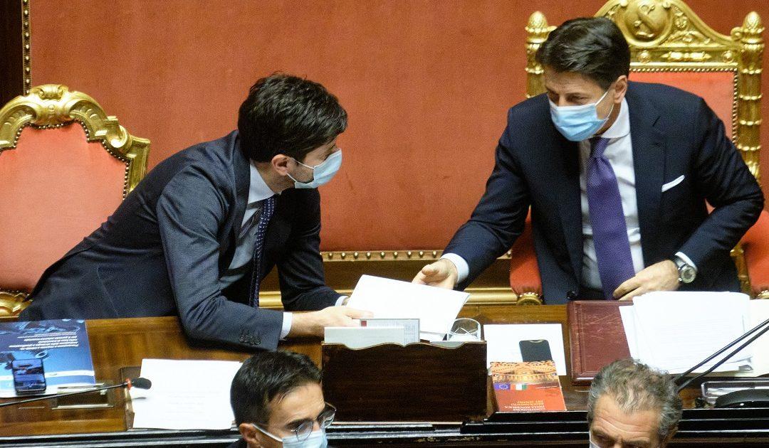 Il presidente del Consiglio Giuseppe Conte col ministro per la Salute Roberto Speranza ieri in Senato
