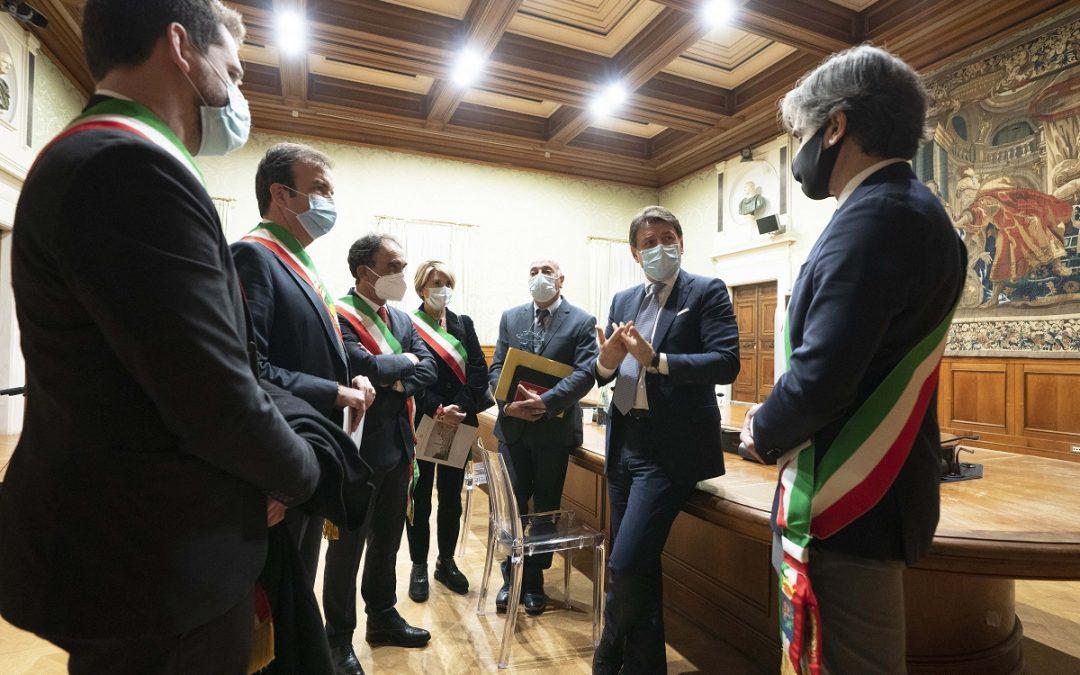 Il presidente del Consiglio Giuseppe Conte insieme ai sindaci calabresi a Palazzo Chigi