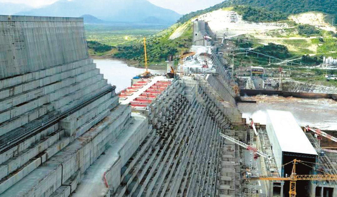 Operai al lavoro sulla diga sul Nilo