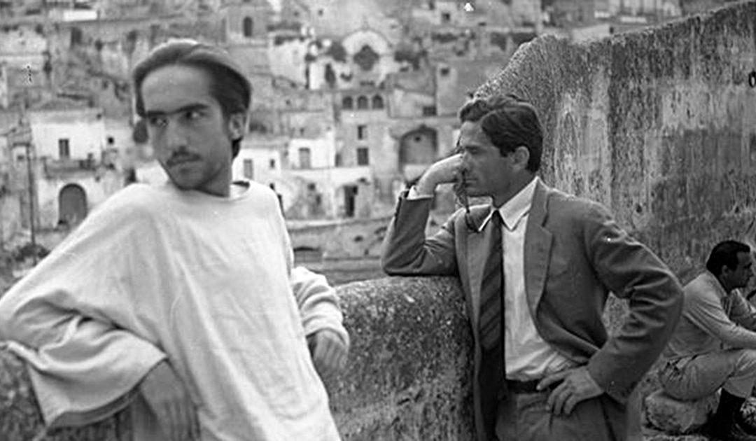 Enrique Irazoqui con Pier Paolo Pasolini a Matera in una pausa della lavorazione del Vangelo secondo Matteo. (foto di Domenico Notarangelo)