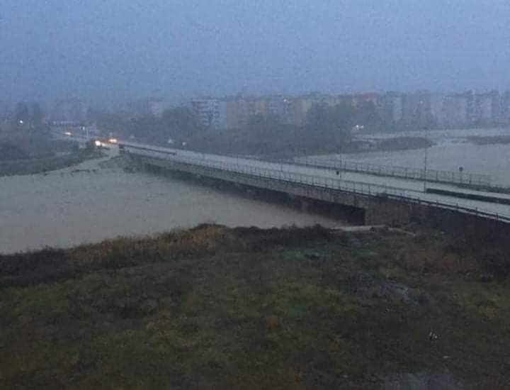 Crotone flagellato dal maltempo, evacuate cento famiglie. Preoccupa il fiume Esaro