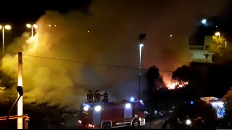 Vibo Valentia, vasto incendio di rifiuti nei pressi del mercato ortofrutticolo - VIDEO