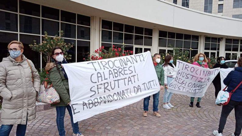 FOTO - Il ministro Boccia a Catanzaro, la protesta di sindacati, tirocinanti e operatori sanitari