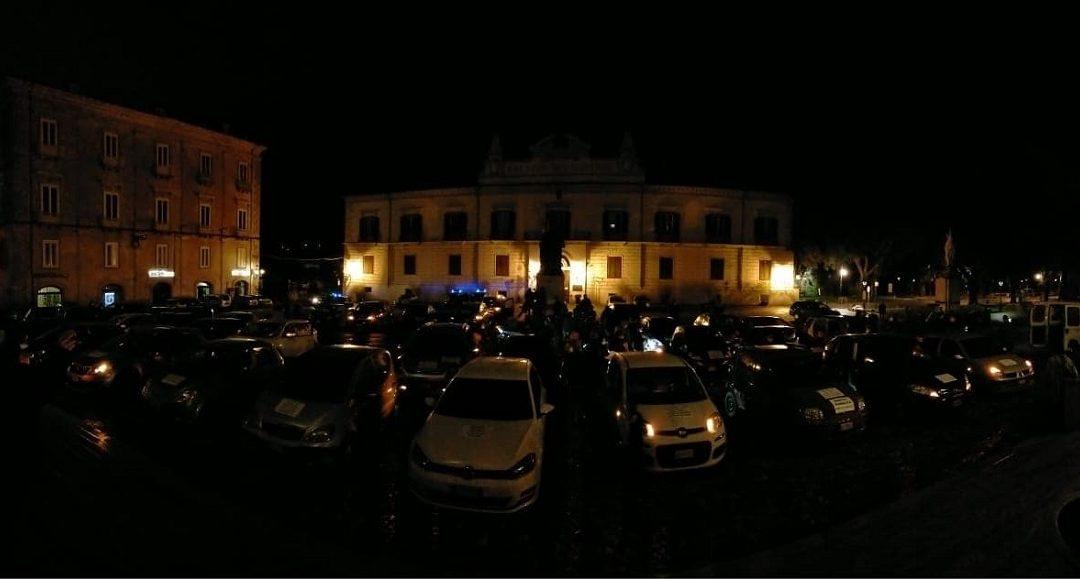 Le auto davanti al teatro Rendano