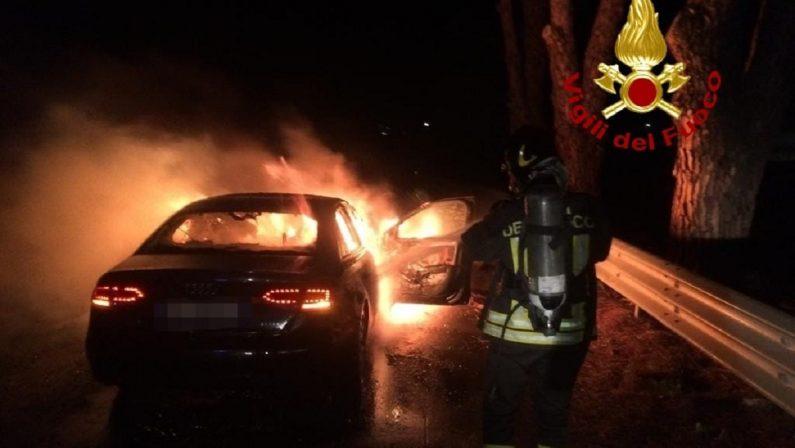 Automobile prende fuoco a Lamezia Terme, necessario l'intervento dei vigili del fuoco