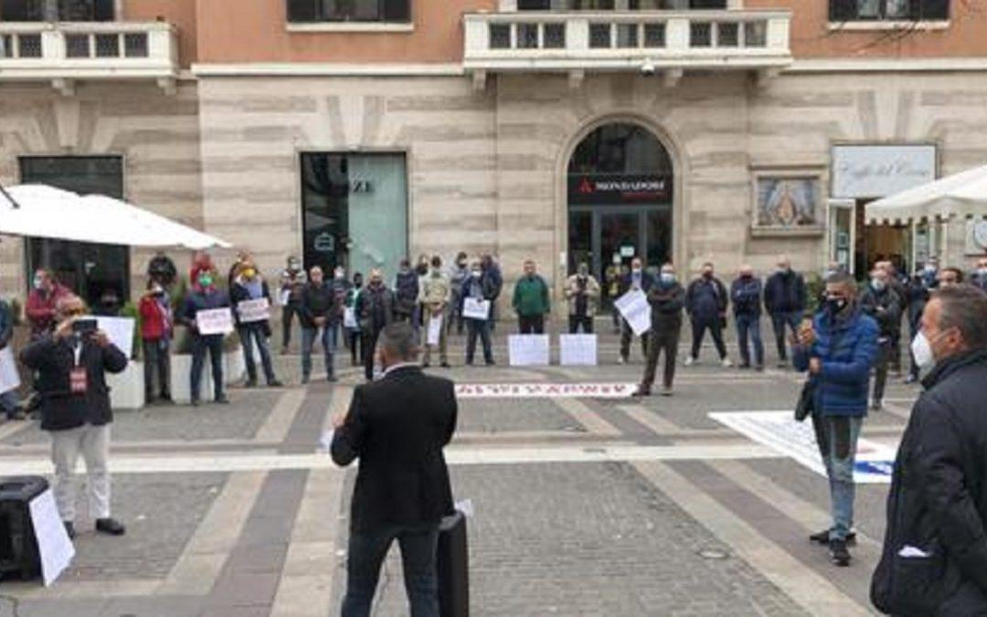 La protesta a Cosenza dei commercianti ambulanti