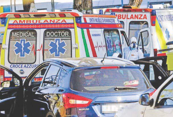 Auto in fila davanti agli ospedali - I medici: serve subito il lockdown