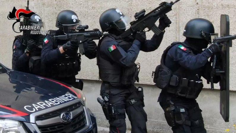 Barricato in casa per evitare controllo, blitz dei carabinieri a Reggio Calabria