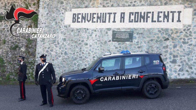 Anziana malmenata davanti casa, arrestata una coppia nel Catanzarese