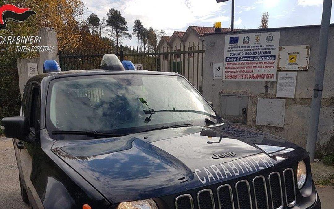 I carabinieri ai cancelli del centro di raccolta rifiuti di Morano Calabro