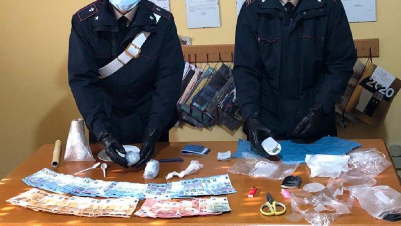 Nascondevano in casa 100 grammi di cocaina e 1.800 euro in contanti, arrestata una coppia nel Cosentino
