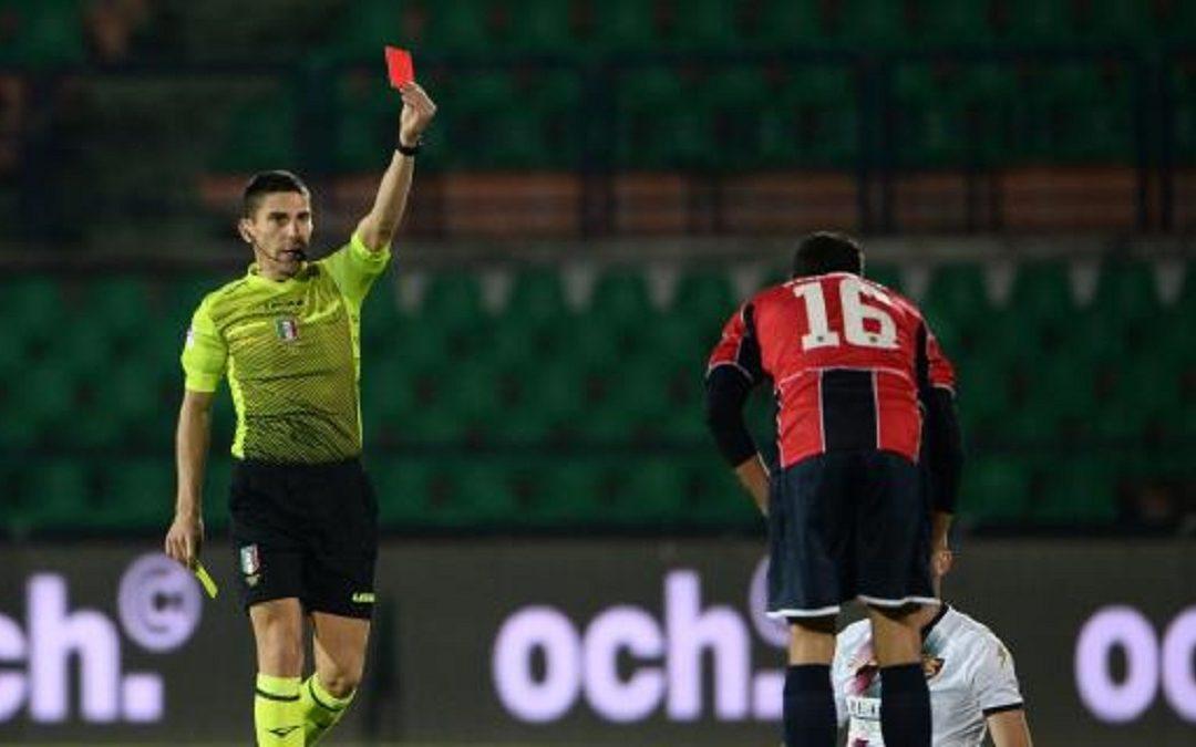 L'arbitro Dionisi mentre estrae il cartellino rosso
