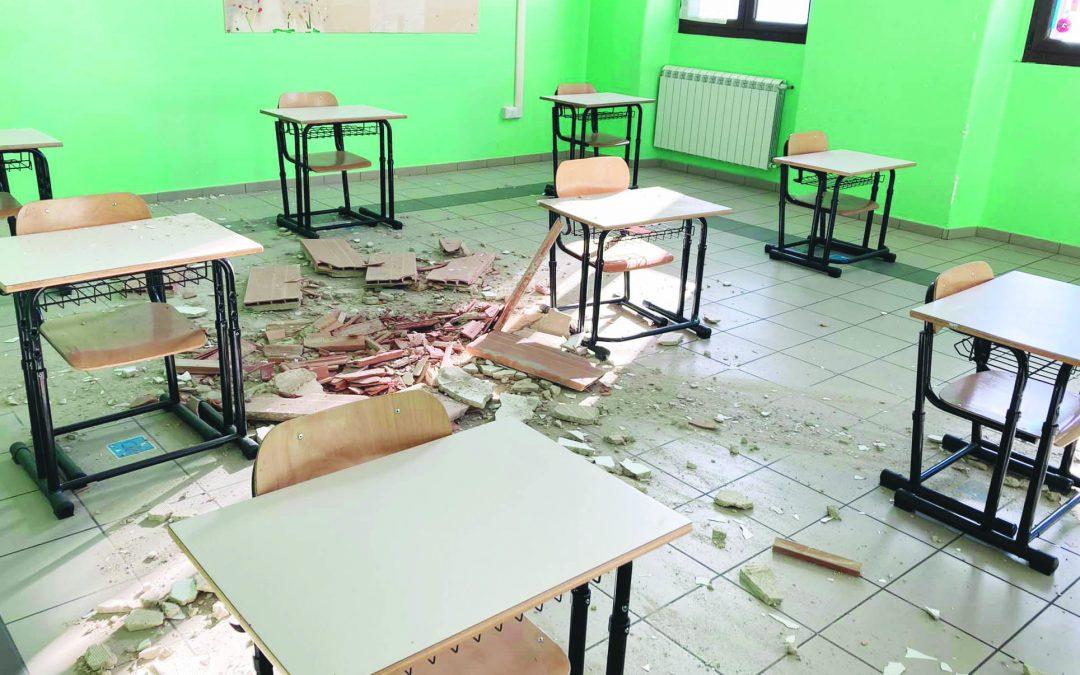 """L'aula dell'istituto """"De Stefano"""" dove è crollata parte del controsoffito (foto tratta dal profilo facebook del Comune di Anzi)"""