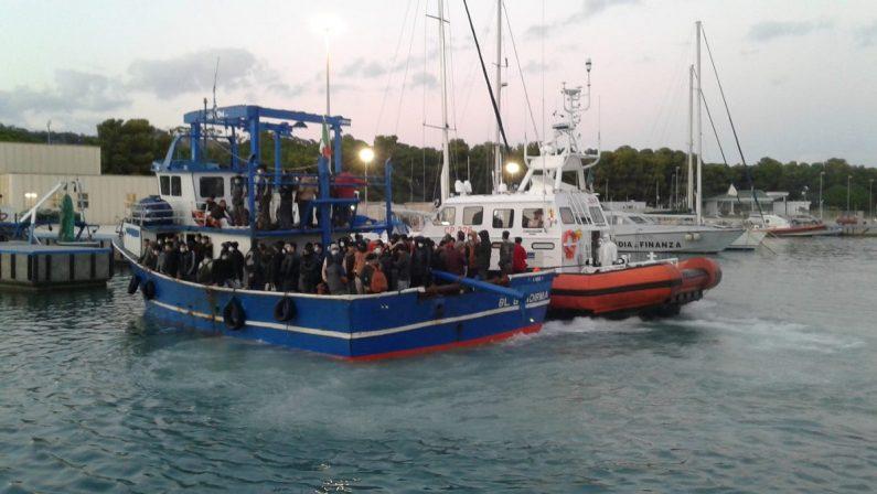 Migranti, sbarca a Roccella Jonica un peschereccio con oltre 100 persone a bordo