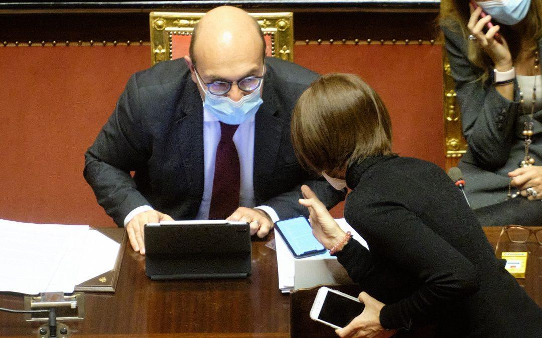 Il vice ministro dell'economia Antonio Misiani con la presidente dei senatori di FI Anna Maria Bernini nella seduta al Senato