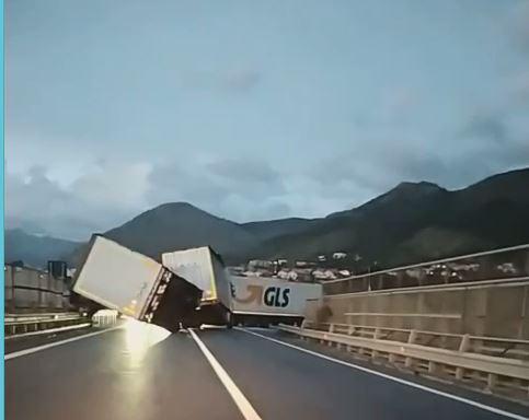 VIDEO - Maltempo in Calabria, forte vento sulla statale 18: ribaltato un camion telonato