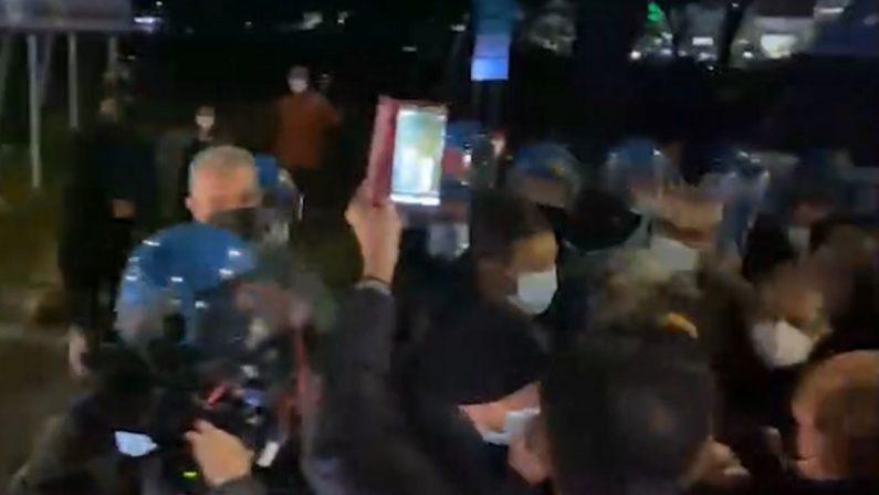 Calabria zona rossa, altra protesta a Cosenza per la sanità pubblica: tensioni con la polizia - VIDEO