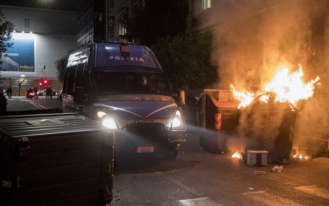 Gli scontri tra manifestanti e polizia durante le proteste a Roma