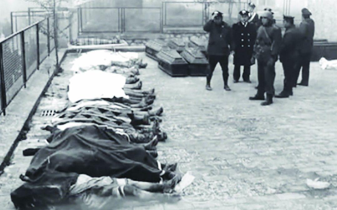 Una delle immagini simbolo del terremoto 1980: i morti davanti alla scuola elementare di Balvano, nel Potentino