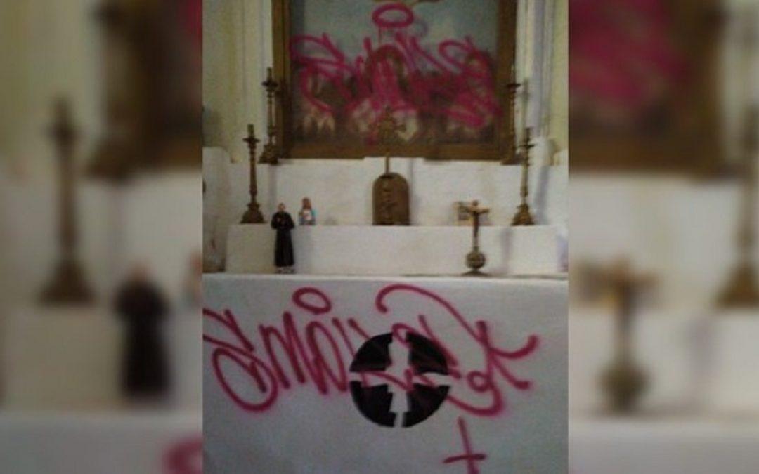 L'altare della chiesa danneggiato